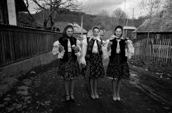 DE008 - Village girls in traditional folk costume, Valeni